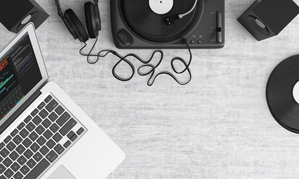 Create music on computer with laptop and turntable
